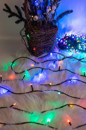 Электрогирлянда НИТЬ РАЗНОЦВЕТНАЯ 200 разноцветных LED огней для улицы, контроллер, 20м, зеленый провод, SNOWHOUSE LD200C-GMЭлектрогирлянды РАЗНЫЕ для высотных елей<br>LED лампочки (светодиоды) имеют ряд преимуществ по сравнению с мини- и микролампами. Они отличаются необыкновенно ярким и чистым светом, прочностью, надежностью, малым потреблением энергии, огромным ресурсом работоспособности. Гирлянда из 200 разноцветных LED-ламп защищена от влаги, поэтому ее можно использовать не только в помещении, но и на улице. Гирлянда имеет контроллер, обеспечивающий 8 режимов мигания.  <br> <br>Длина гирлянды - 20 м, провод зеленого цвета.<br> <br>Производитель: SNOWHOUSE, Россия<br>Производство размещено в Китае<br>