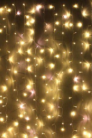 Занавес световой PLAY LIGHT МЕРЦАЮЩИЙ, 600 теплых белых LED ламп, 2x3 м, прозрачный провод, коннектор, уличный, Beauty Led PCL602BL-10-2WWСветодиодные занавесы уличные<br>Световой занавес PLAY LIGHT со светодиодными лампами имеет основной провод длиной 2 м, с которого свисают 20 вертикальных нитей длиной 3 м каждая. Общее количество LED-лампочек - 600. Гирлянда снабжена коннектором, позволяющим соединять последовательно до 6 занавесей. Гирлянда влагозащищена, возможно применение как в помещении, так и на улице. Электрогирлянда-занавес - МЕРЦАЮЩАЯ - каждый 5-й светодиод мерцает - вспыхивает и гаснет как маленькая строб-лампа.  Необычайно декоративный эффект! Занавес переливается, как южное море под луной, как рыбья чешуя в лучах солнца. Красиво!Светодиодный занавес необыкновенно наряден, он украсит любой объект, будь то дерево, колонна, открытая веранда кафе, да, и все что угодно, придав ему радостный праздничный стиль. С помощью светового занавеса можно создавать красивые декоративные световые ширмы и композиции, оформлять огнями разнообразные плоскости, декорировать объемные объекты. Характеристика:  Размер занавеса - 2 х 3 м  Цвет LED лампочек - теплый белый  Общее количество лампочек: 600  Каждый 5-й светодиод МЕРЦАЕТ!  Количество вертикальных нитей: 20  Напряжение: 230V  Мощность гирлянды: 40,8 Вт  Цвет проводов: прозрачныйКоннектор для последовательного соединения до 6 занавесов.  Класс защиты влагозащищенной гирлянды Ip - 44. Предназначен для использования как в помещении, так и на улице.               Производитель: Beauty Led, Россия  Производство размещено в Китае<br>