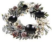 Подсвечник-венок БЕЛЫЕ ЯГОДЫ на 4 свечи, 60 см, KAEMINGK 685169Хвойные и декоративные венки<br>Экстравагантый штрих в изысканном венке - белые ягоды, окруженные пушистой хвоей и заснеженными листьями, как сказочная принцесса свитой. Великолепная компания порадует оригинальным сочетанием уюта и роскоши, когда вы зажжёте четыре свечи в праздничный вечер.     Диаметр - 60 см  Материал - искусственная хвоя, пластик, металл, натуральные шишки  Аттестация EN71-2 (не воспламеняется)     Производитель KAEMINGK, Голландия  Производство размещено в Китае$$$<br>