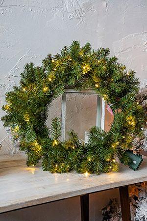 Хвойный венок ДАНХИЛ зеленый с теплыми LED-лампами, 61 см, батарейки, National Tree Co 31DUW24BL/DU-300-24W-BХвойные и декоративные венки<br>Самое популярное новогоднее декоративное украшение во всех странах Европы - это хвойный венок, которым украшают двери перед Новым годом и Рождеством. Венок ДАНХИЛ выглядит естественно и достойно. Сквозь густую, упругую, практически несминаемую хвою проглядывает древесина. Венок украшен вплетенной в хвою электрогирляндой из 50 теплых белых LED-ламп, работающей от батареек.  Светящийся теплым светом венок выглядит  нарядно и празднично. Отметим, что использовать его можно не только в помещении, но и на улице: блок с батарейками имеет высокую степень защиты от влаги.  Этот рождественский венок  будет гармонично смотреться  в любом интерьере и в новогодних уличных композициях, придавая уют и праздничное настроение.<br> <br>Хвойный венок ДАНХИЛ с теплыми белыми LED-лампами на батарейках.<br>Диаметр венка -61 см<br>Количество отростков - 180<br>Хвоя - трехслойное PVC<br>Цвет - зеленый<br>Длина иглы - 2,5 см<br>Декор - вплетенная электрогирлянда с LED-лампами.<br>Количество ламп - 50 теплых белых LED ламп<br>Работает от 3хАА батареек (в комплект не входят)<br>Включается по таймеру: 6 часов включена, 18 часов выключена (т.е. включение через 24 часа в одно и то же время)<br> <br>Производитель: National TREE COMPANY, Cranford, New Jersey, USA<br>Производство размещено в Гонконге<br>