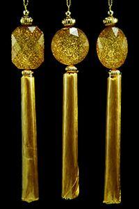 Украшение-подвеска ВЫСОКИЙ СТИЛЬ, акрил, с бахромой, золотая, 17.7 см, в ассортименте, Crystal deco 162703Украшения изящные золотые<br>Эта великолепная подвеска с бахромой пленяет своей изысканной, неброской, и потому - действительно королевской роскошью.<br> <br>Длина - 17.7 см<br>Цвет - золотой <br>Материал - акрил<br>В ассортименте три подвески-кисти с разной формой декора: в виде круга, в виде овала, в виде прямоугольника со скошенными углами.<br>Цена указана за одно украшение<br> <br>Производитель Crystal deco, Нидерланды<br>Производство размещено в Китае<br>