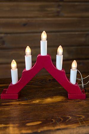 Свечи на красной деревянной подставке - горке, 5 теплых белых LED ламп - свечек, 20,5х17см, батарейки, SNOWHOUSE BIE1205Горки с электросвечами<br>Нарядная  горка с пятью свечками на красной деревянной подставке будет велеколепна в любом интерьере, придавая праздничный и торжественный вид любому помещению, причем не только в предновогодние дни. Работа от батареек создает дополнительные удобства: не надо заботиться о наличии розетки, а отсутствие проводов позволят использовать ее для украшения праздничного стола, например. <br> <br>Характеристики:<br>Размеры горки: 20,5 х 17,5 см;<br>5 теплых белых LED ламп, выполненных в виде свечек;<br>Материал: дерево;<br>Цвет: красный;<br>Работает от 2хАА батареек.<br> <br>Производитель: SNOWHOUSE, Россия<br>Производство размещено в Китае<br>