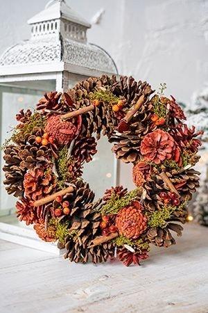 Венок ЛЕСНОЕ ЧУДО С ПРЯНОСТЯМИ, 30 см, Hogewoning 111195-000Хвойно-флористический декор<br>Зимний лес очень любит удивлять неожиданно яркими и тёплыми мелочами, из которых складывается потрясающе уютное настроение! А если ещё и сдобрить его ароматными палочками корицы - оно станет просто сказочным!<br> <br>Диаметр - 30 см<br>Цвет - зелёный, коричневый, оранжевый<br>Материал - натуральный<br> <br>Производитель - HOGEWONING, Нидерланды<br>Производство размещено в Китае<br>