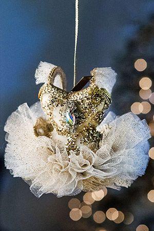 БАЛЕТНЫЙ КОСТЮМ белый, 10х9 см, в ассортименте, Katherine's Collection 1018354Все о Балете<br>Прелестная балетная пачка для воздушно-романтичных ощущений, которым не терпится закружиться в ошеломительном и блистательном фуэте!<br> <br>Размер - 10х9 см<br>Материал - тюль, пластик<br>Цвет - белый, золотой<br>В ассортименте три украшения<br>Цена указана за одно украшение<br> <br>Производитель - Katherine's Collection, США<br>Производство размещено в Китае<br>