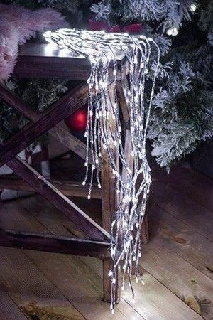 Светодиодное украшение ЗВЁЗДНЫЙ ФОНТАН, серебряный, 220 холодных белых LED-огней, контроллер, 100 см, уличный, KAEMINGK 492660Подвесные светящиеся украшения<br>Роскошный и завораживающий звёздный фонтан превратит вечер в сияющую волшебством сказку! Его струи-нити могут принимать любые, даже самые причудливые формы, подчиняясь фантазии дизайнера!<br> <br>Характеристики: <br>Размер - 100 см<br>220 холодных белых LED-огней<br>10 коротких и 10 длинных нитей<br>Цвет нитей - серебряный<br>Контроллер, обеспечивающий 5 режимов работы, в т.ч. режим постоянного свечения (при выключении/включении режим запоминается)<br>Подводящий провод - 5 м<br>Трансформатор 220/31 В (в комплекте) <br>Изделие полностью гидроизолировано, может быть использовано как в помещении, так и на улице, IP44 <br>Внимание! на фототграфии изображены Фонтаны двух разных размеров. Цена указана за изделие размером 100 см. <br> <br>Производитель KAEMINGK, Голландия<br>Производство размещено в Китае<br>