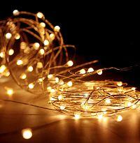 Гирлянда СВЕТЛЯЧКИ, 80 экстра тёплых белых LED-огней, уличная, 8+3 м, медный провод, Koopman International AX8716300Капельки - нити<br>Сказочное очарование и уютное волшебство - чудесная компания светлячков окутает ими всё, что вам захочется! Благодаря тончайшему проводу, их можно разместить где угодно, придавая светящейся стайке любую форму.<br> <br>Характеристики:<br>80 экстра тёплых белых LED ламп<br>Расстояние между лампами - 10 см<br>Длина гирлянды - 8 м <br>Провод проволока медного цвета<br>Подводящий провод прозрачный - 3 м<br>Напряжение - 220 V/4,5V, адаптер в комплекте<br>Степень влагозащиты - IP44 (можно использовать на улице и в помещении)<br> <br>Производитель - Koopman International, Нидерланды<br>Производство размещено в Китае<br>
