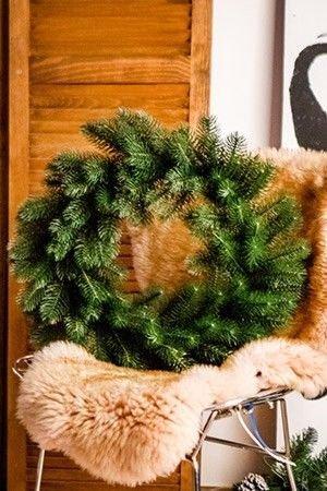 Венок РУССКАЯ КРАСАВИЦА (100% литая хвоя РЕ), 45 см EverChristmaS, Царь Елка ВН45/РКХвойные и декоративные венки<br>Великолепный венок из еловых веточек зеленого цвета будет прекрасной основой для любых фантазий на тему новогоднего оформления!  В него можно вплести электрогирлянду,  или просто украсить декоративными лентами, елочными игрушками. Его можно использовать и как элемент праздничного декора в интерьере  или как атрибут новогодней сервировки.  В любом варианте он будет  изумителен!Изготовлен из формованных хвойных веточек с литыми иголками,  визуально неотличимых от натуральных.<br> <br>Диаметр - 45 смХвоя - литые иголки (100% литая хвоя РЕ)).<br> <br>Производитель:  EverChristmaS, Царь Елка,  Россия<br>