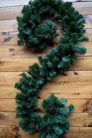 Гирлянда хвойная СОСНОВАЯ диаметр 28 см х 2,7 м GX28Хвойные гирлянды<br>Хвойная гирлянда темно-зеленого цвета идеально подойдет для украшения дверных проемов, окон и арок. Очень густая пушистая хвоя.<br> <br>Характеристики:Длина 2.7 метра;<br>Количество веток - 190<br>Диаметр гирлянды - 28 см<br> <br>Производитель:  Ели Пенери, Россия<br>