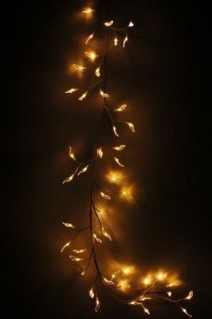 Светодиодная ВЕТКА С ЛИСТЬЯМИ, 180 см, 48 теплых белых LED ламп, 24V, Beauty Led LC176L-B048A-28-WWДекоративные ветки-гирлянды и венки<br>Изящная, очень нарядная ветка-гирлянда со светящимися полупрозрачными листочками - светодиодами будет эффектно смотреться в любом интерьере, причем не только в предновогодние дни. Ее можно использовать как очень уютный дополнительный источник освещения.            Характеристики:  Длина ветки: 180 см;  Количество ламп-листьев: 48 теплых белых LED ламп;  Листья - прозрачные;   Провод - белый;  Напряжение: 24V, адаптор в комплекте;  Изделие предназначено для использования в помещении, IP 20    Производитель: Beauty Led, Россия  Производство размещено в Китае$$$<br>