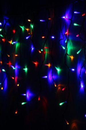 Электрогирлянда СВЕТОВАЯ БАХРОМА, 240 разноцветных LED ламп, 4,9x0,5м, коннектор, черный провод, уличная, Beauty Led PIL240-11-2MСветодиодные гирлянды-сосульки<br>Гирлянда СВЕТОВАЯ БАХРОМА (ICICLE PLAY LIGHT) или СОСУЛЬКИ, состоящая из 240 разноцветных LED-ламп, полностью влагозащищена, поэтому ее можно использовать как в помещении, так и на улице. Гирлянда состоит из основного провода длиной 4,9 м, закрепляемого горизонтально, с которого свисают сосульки - нити разной длины с разноцветными LED-лампами. Максимальная длина свисающих нитей - 50 см. Иллюминация этой гирляндой выглядит очень эффектно. Великолепно смотрится под карнизами здания. Гирлянда постоянного свечения оснащена специальным разъемом - коннектором, позволяющим соединять последовательно до 10 гирлянд.Характеристики:<br>Размеры: 4,9x0,5м;<br>Цвет лампочек - разноцветные;Напряжение: 230V;<br>Мощность гирлянды - 15 Вт;<br>Провод - черный;<br>Гирлянда полностью гидроизолирована. Степень защиты влагозащищенной гирлянды Ip - 44, предназачен для использования в помещении и на улице;<br>Имеет коннектор для последовательного соединения до 10 гирлянд;<br> <br>Производитель: Beauty Led, Россия <br>Производство размещено в Китае<br>