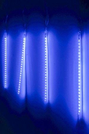 Светодиодная гирлянда ТАЮЩИЕ СОСУЛЬКИ, 180 синих LED ламп, 46смх6шт., 5+5 м, прозрачный провод, уличная, SNOWHOUSE MTTB120B-46-5VЭлектрогирлянды РАЗНЫЕ для высотных елей<br>Электрогирлянда ТАЮЩИЕ СОСУЛЬКИ в последние годы стала популярнейшим элементом при светотехническом оформлении европейских городов. Чейзинг эффект стекающей капли смотрится очень эффектно. Тающими сосульками можно украшать высотные ели и деревья, они очень красивы под карнизами зданий, фантастически смотрятся на фоне световых занавесов на фасадах зданий. <br> <br>Характеристики: <br>Сосулька - двухсторонняя, то есть эффект стекающей капли виден со всех сторон. <br>Высота сосульки (трубочки с синими LED-лампами) - 46 см, диаметр – 1 см <br>Количество сосулек в гирлянде - 6 <br>Общее количество синих LED лампочек - 180 (30 led х 6)<br>Сосульки соединены между собой, расстояние между ними - 1 м <br>Подводка (расстояние от вилки до первой лампы) - 5 м <br>Цвет провода - прозрачный <br>Напряжение: 230/5V <br>Чейзинг эффект - контроллер, обеспечивающий эффект стекающей капли. <br>Гирлянда влагозащищена, IP 44, пригодна для использования вне помещений. <br> <br>Производитель: SNOWHOUSE, Россия <br>Производство размещено в Китае<br>