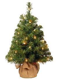 Ель настольная в мешочке БЛАГОРОДНАЯ, 61 см, 15 LED ламп, батарейки, National Tree Co 31NB2B15L/NB-20BP-BЕли до 1,4 м National Tree<br>Миниатюрная елочка с яркими лампочками - настольная королева  новогоднего торжества!    Великолепная  декоративная елочка благородного зеленого цвета с  пушистыми иголками и яркими лампочками в стильном мешочке из светлой  дерюжки будетет изумительна в любом интерьере, даря всему вокруг  атмосферу уюта, тепла и романтичности.  Лампочки работают от  батареек, что позволяет ставить елочку на на новогодний стол среди  праздничной сервировки.     Высота  - 61 см  Количество отростков - 71  Максимальный диаметр - 41 см  Хвоя - трехслойное PVC  Диаметр отростков - 2,3 см  15 LED ламп, работают от батареек  Декор - подсветка, подставка - джутовый мешочек.    Производитель: National TREE COMPANY, Cranford, New Jersey, USA    Производство размещено в Гонконге    $$$<br>